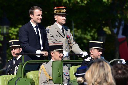 Le président français Emmanuel Macron et le chef d'état-major de la Défense, le général de l'armée française Pierre de Villiers se rendent à bord d'une voiture de commandement lors du défilé militaire du 14 juillet 2017.