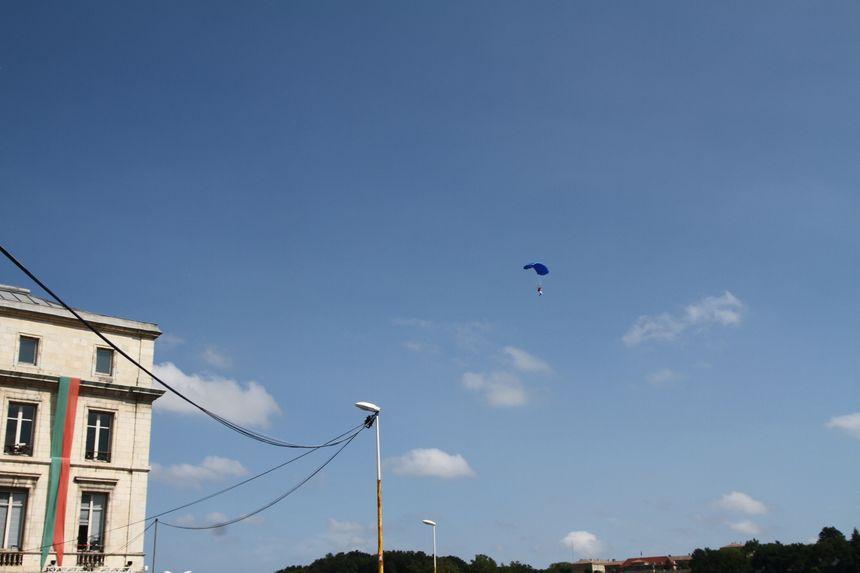 parachutiste approchant de la mairie de Bayonne