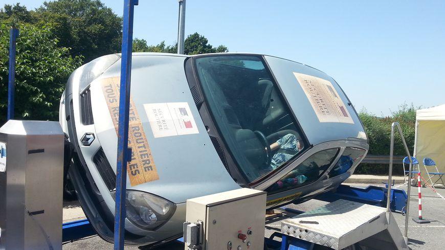La voiture-tonneau de la sécurité routière permet de tester une sortie de route à environ 5 km/h