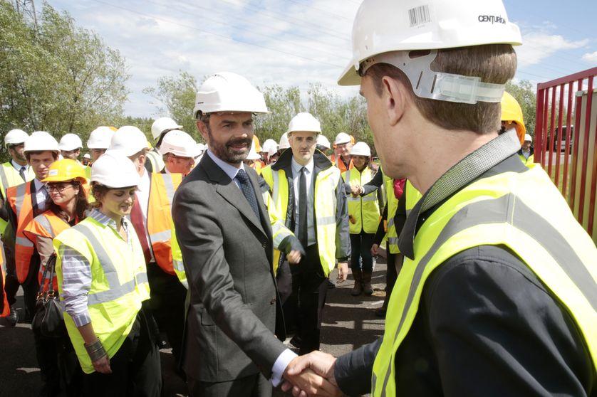 Edouard Philippe, accompagné de Nicolas Hulot visite les installations de Cryo Pur à Valenton (94) le 9 mai 2017.