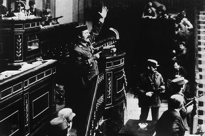 le lieutenant-colonel Antonio Tejero de Molina brandit son pistolet le 23 février 1981 sur le tribunal des Cortes,  le Parlement espagnol, et prendre 350 députés en otage