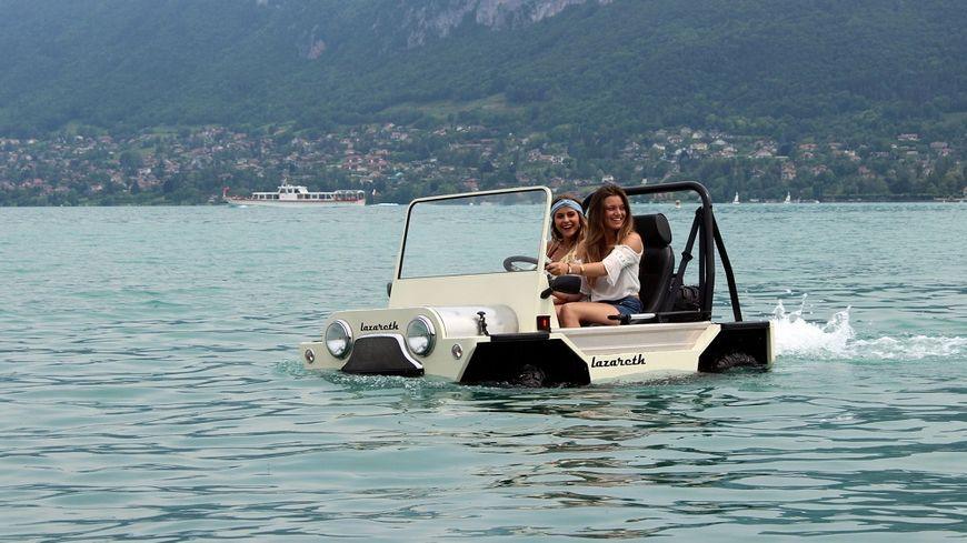 La Mini Moke amphibie de Ludovic Lazareth sur le lac d'Annecy. 5 km/h sur l'eau, 90 km/h sur l'asphalte.
