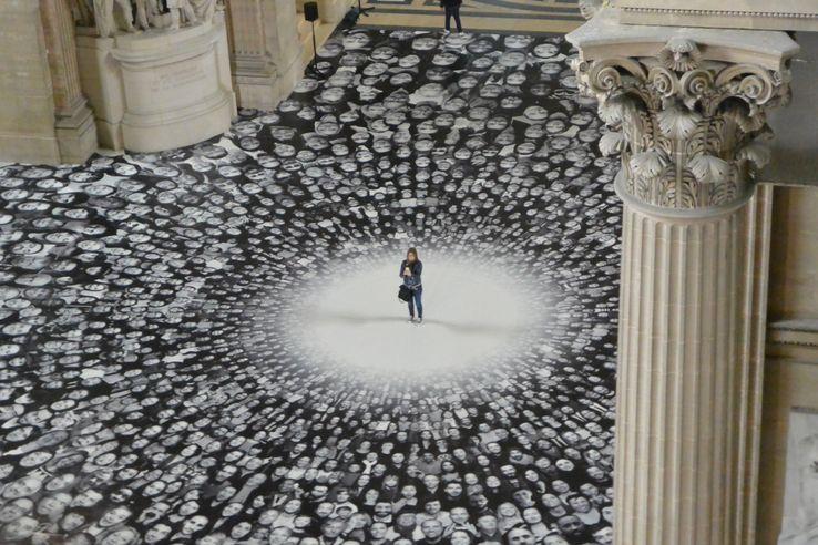 Installation du plasticien JR au Panthéon, en 2014