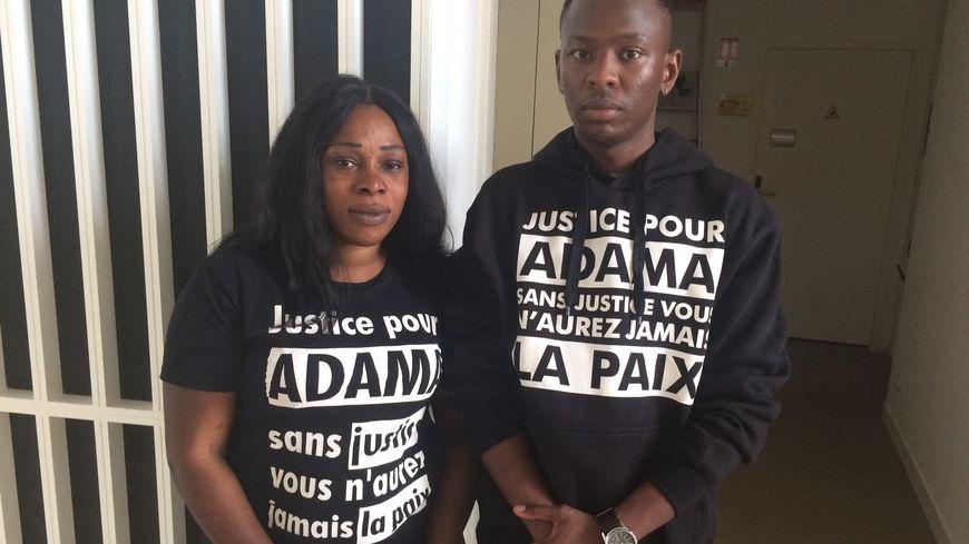 Hawa Traoré, la sœur d'Adama Traoré, en compagnie d'un de ses cousins.