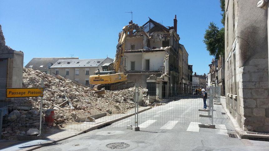 La rue qui conduit dans le centre de Vierzon depuis Bourges, reste fermée pendant les travaux de démolition