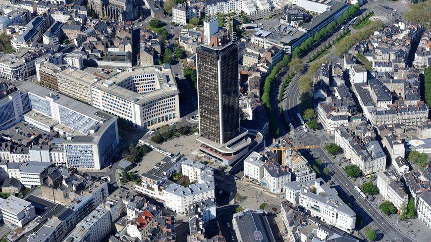De la poussière d'amiante a été découverte sur les clapets de désenfumage de la Tour Bretagne, haute de 144 mètres.