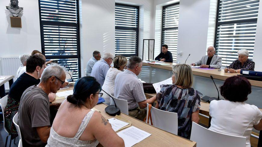 Le conseil municipal de Lorette où devait être débattu l'arrêté concernant le plan d'eau des Blondières avant le vote d'un huis clos.