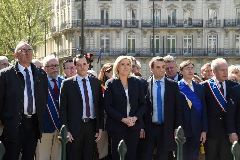 Les cadres du Front national devant la statue de Jeanne d'Arc.
