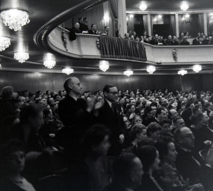 Acclamations à l'Opéra de Rome durant une représentation théâtrale