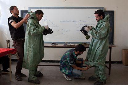 Un étudiant de l'Université d'Alep montre  des moyens rudimentaires de réponse à une attaque chimique dans la ville d'Alep.