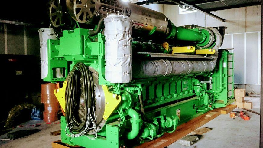 Les moteurs de l'unité de cogénération, installés dans un local de 250 m²,  pèsent 37 tonnes chacun