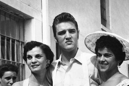 Elvis Presley entouré de deux groupies
