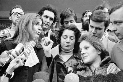 L'avocate Gisèle Halimi avec Marie-Claire Chevalier (premier plan) accompagné de sa mère (derrière elle), le 22 novembre 1972.