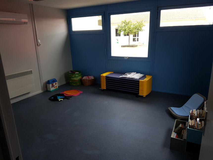 En plus de la classe de cours, l'espace est composé de sanitaires (avec un bain) et d'un dortoir.