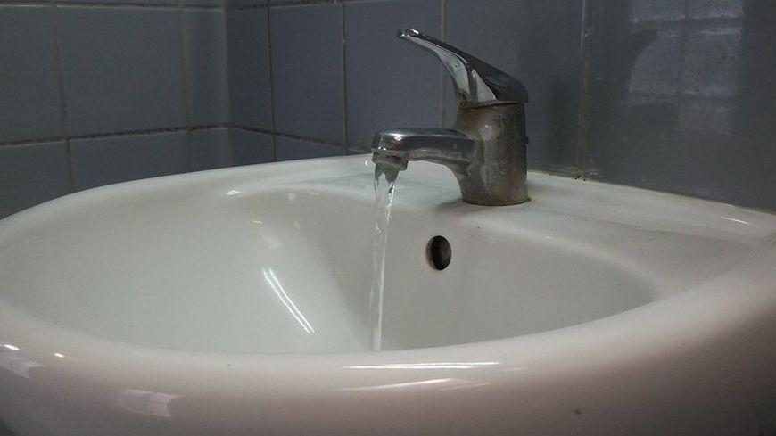 L'eau du robinet n'est pas consommable après une pollution aux hydrocarbures.