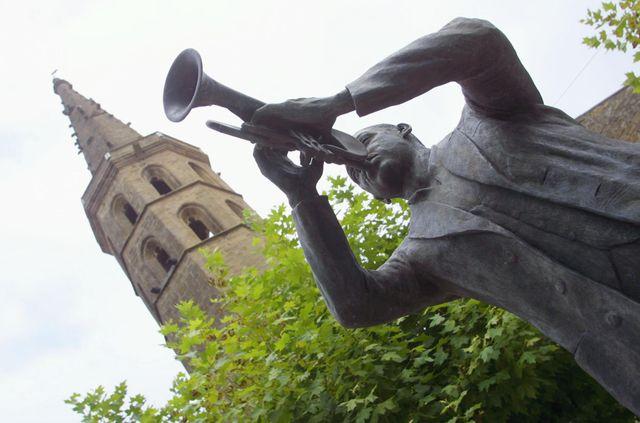 La statue de Wynton Marsalis, parrain du festival, installée devant l'ancien cloître de Marciac