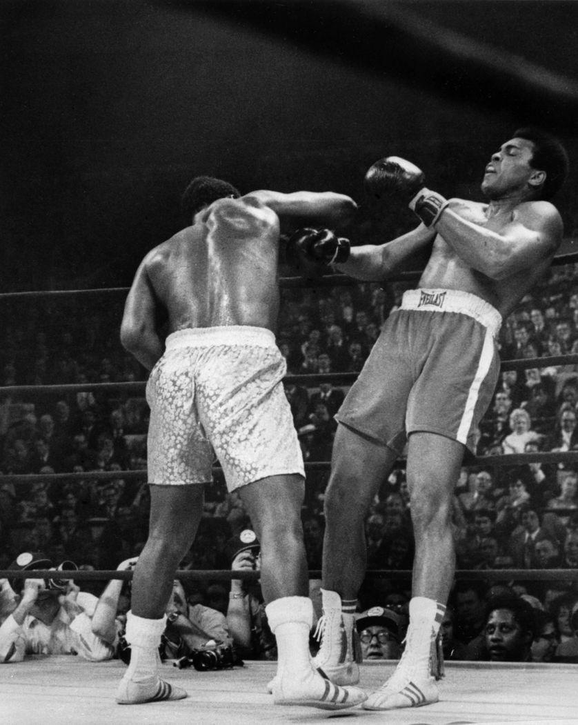"""Joe Frazier conservait son titre de champion du monde de boxe des poids lourds en battant aux points Mohamed Ali à l'issu du combat dit """"le match du siècle"""", le 8 mars 1971, au Madison Square Garden"""