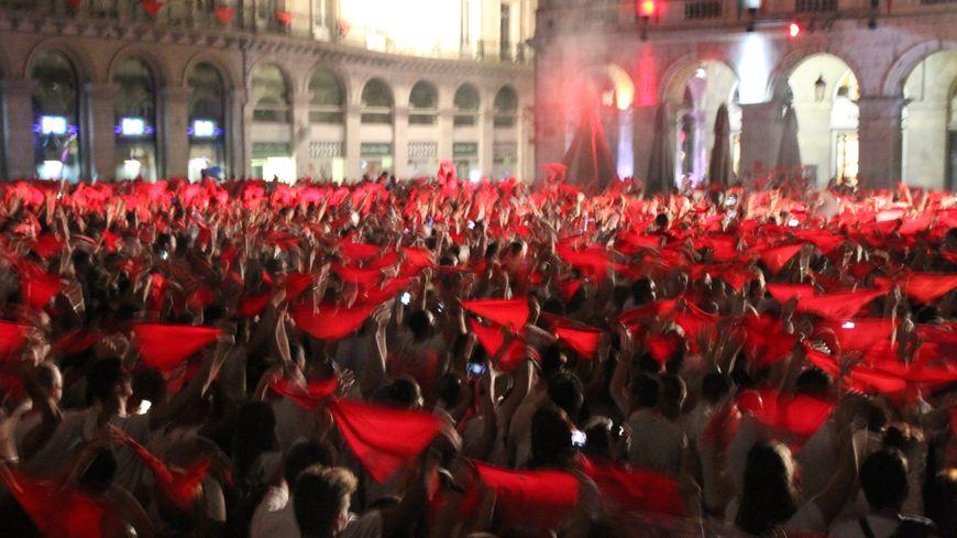les festayres et leurs foulards rouges place de la Liberté à Bayonne