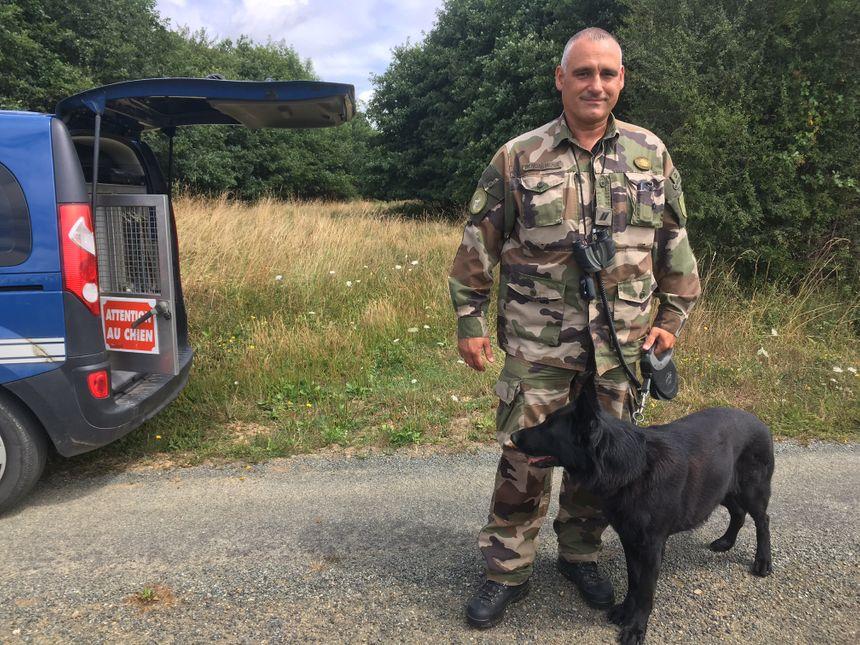 Le gendarme Jean-François Sapt et Gibbs son chien de recherche