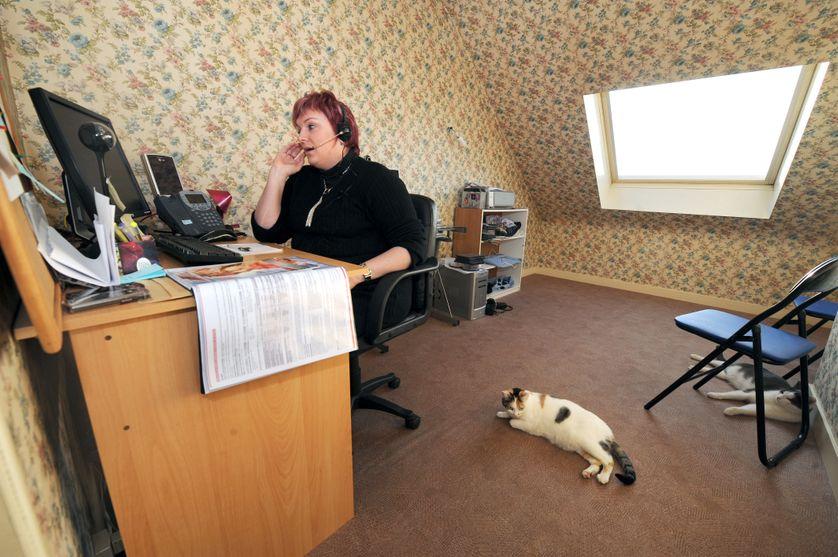 Une employée d'un centre d'appel travaille depuis son domicile à la Guerche-de-Bretagne, le 9 janvier 2009.