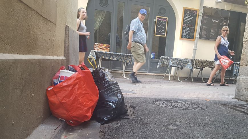 Sans container pour les réunir, les poubelles attendent les éboueurs dans le centre-ville de Nîmes, parfois toute la journée.