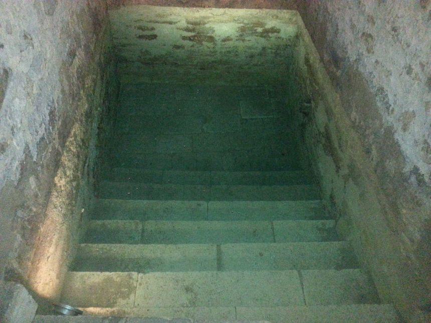 L'eau limpide et bleutée du Mikvé s'explique notamment par sa circulation à travers le grès qui entoure le bassin