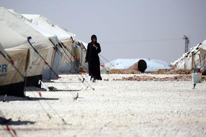 Une femmes dans un camp de réfugiés près de Raqqa en Syrie