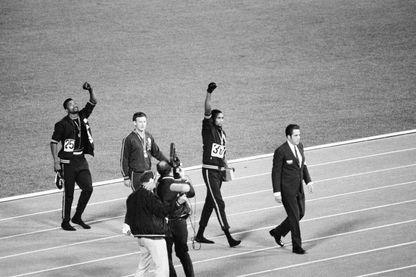 Tommie Smith, et John Carlos, aux Jeux de Mexico en 1968, le poing levé et ganté de noir