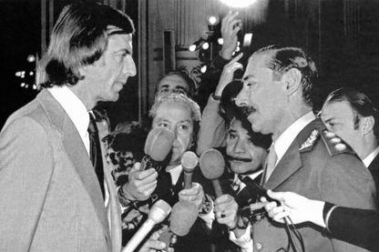 L'entraîneur de l' équipe de football d'Argentine Cesar Menotto s'entretient avec le président argentin Jorge Videla à Buenos Aires le 28 mai 1978, à l'occasion de la coupe du monde de football.