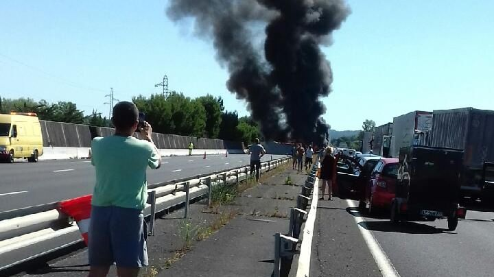 photo l 39 autoroute a9 coup e narbonne un poids lourds en feu. Black Bedroom Furniture Sets. Home Design Ideas