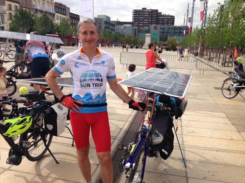 Daniel et son vélo solaire en position allongé