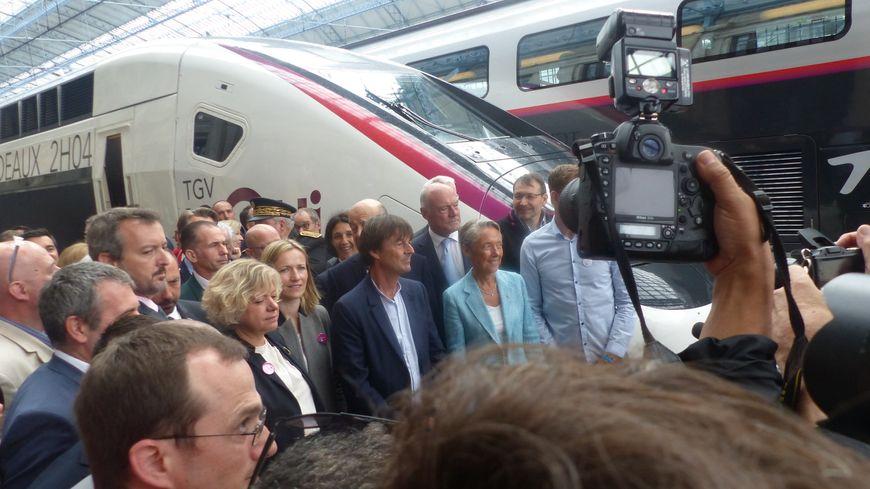 Les ministres Elizabeth Borne et Nicolas Hulot posent devant la première rame ayant relié Paris et Bordeaux en 2h04.