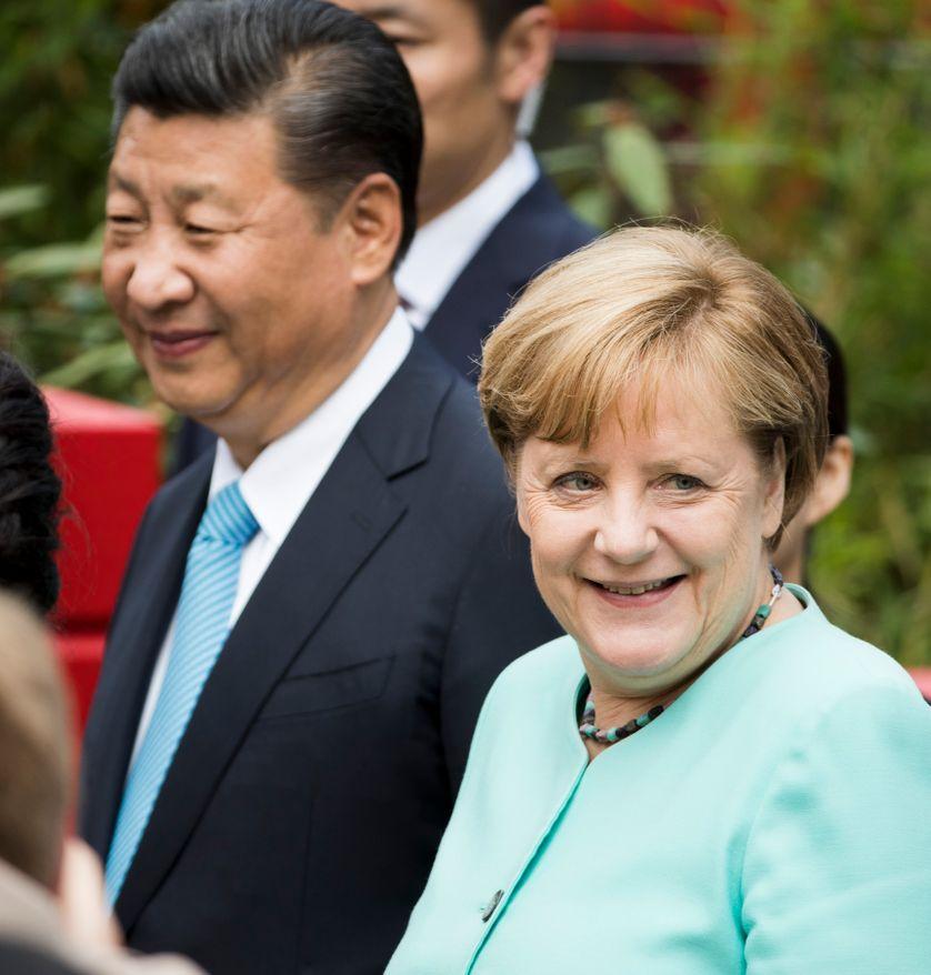 Angela Merkel et Xi Jinping assistent à la cérémonie de présentation au public des pandas offerts à l'Allemagne par la Chine, à Berlin, le 5 juillet