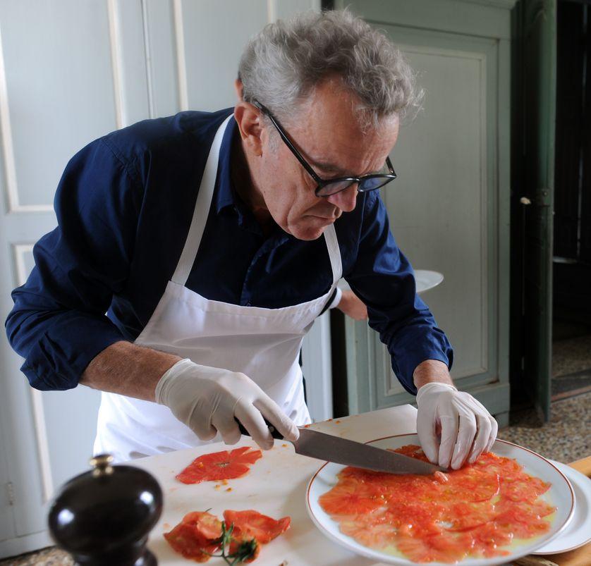 Alain Passard préparant un carpaccio de tomate