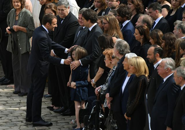 Emmanuel Macron salue la famille de Simone Veil.