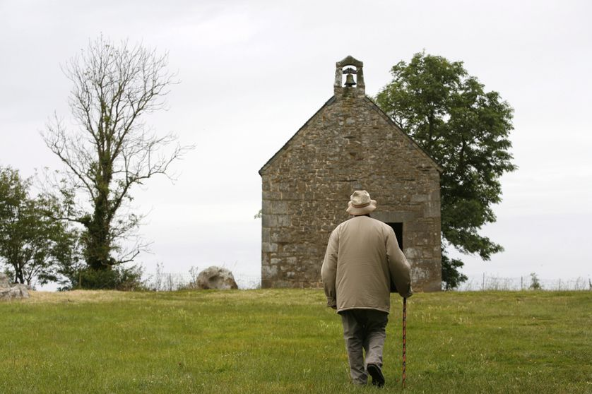 Homme marchant jusqu'à la chapelle de Mont-Dol en France