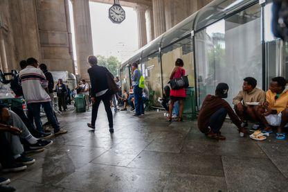 Réfugiés d' Érythrée et de Syrie à la gare centrale de Milan - juin 2015