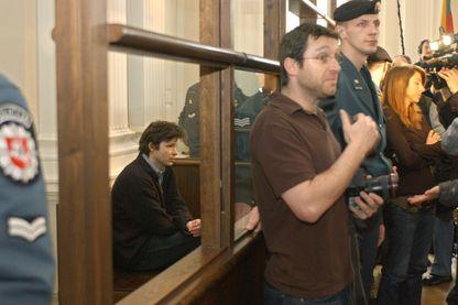 Bertrand Cantat dans la salle d'audience le 22 mars 2004 à Vilnius à la fin de son procès.