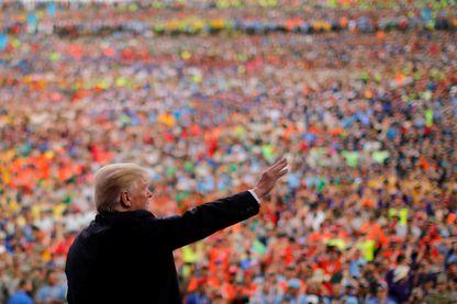 Le président des États-Unis, Donald Trump, salue la foule lors du Scout National Jamboree de 2017