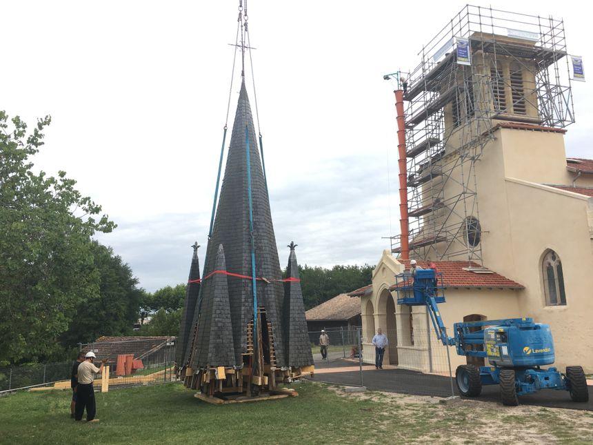 Le haut du clocher a été déposé sur le sol