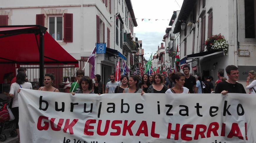 200 personnes ont manifesté à St Jean de Luz à l'appel du mouvement des jeunes abertzale Aitzina