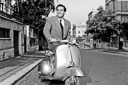 Vittorio Gassman sur un vespa à Rome en 1957