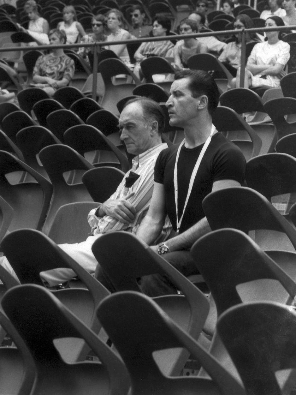 03 août 1967, Jean Vilar et Maurice Béjart dans la Cour d'Honneur, à l'occasion d'une répétition du ballet de Béjart Messe pour le temps présent.
