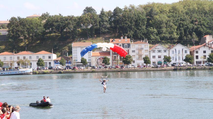 les parachutistes du 1er RPIMA sautent sur les Fêtes de Bayonne