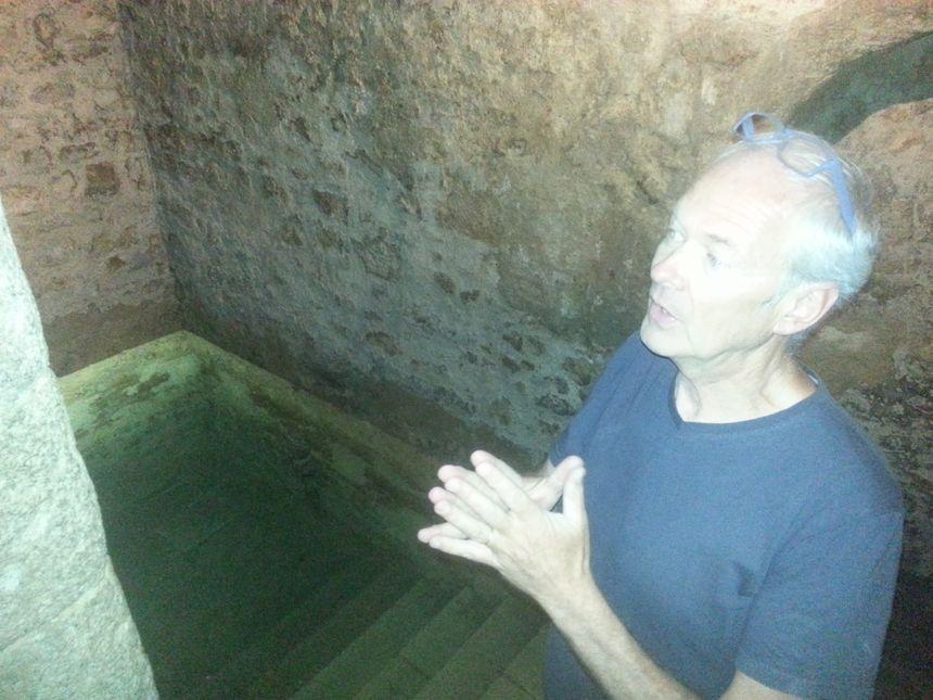 Christian Markiewicz, l'une des archéologues qui sondent les sols alentour depuis des années pour reconstituer la vie du quartier juif au XIIème siècle