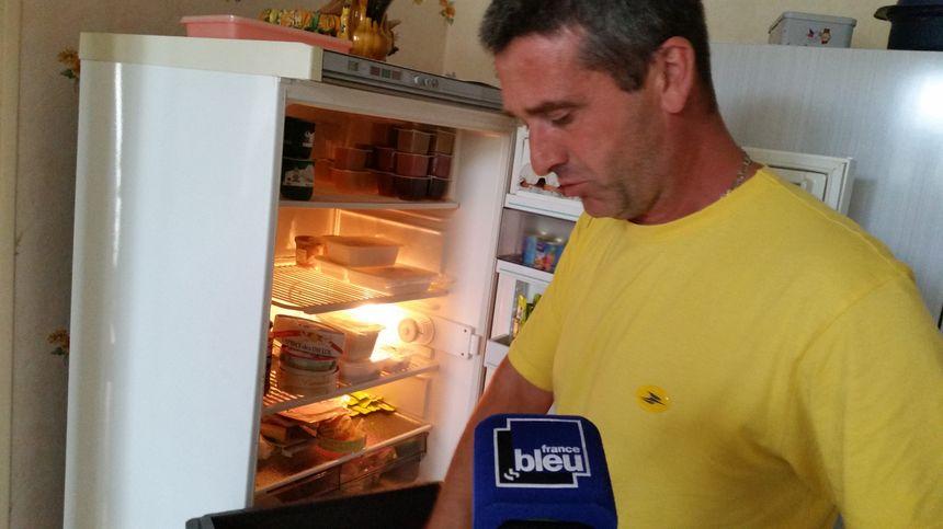 Gilles, le facteur, va même jusqu'à entreposer le repas dans le réfrigérateur de Jeanine, 93 ans et demi