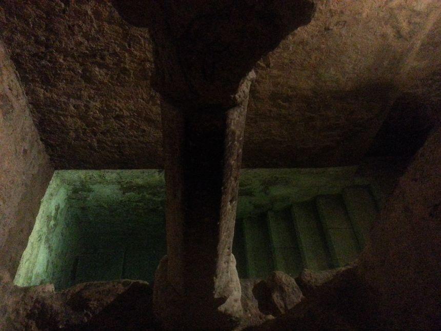 Vue en surplomb du bassin depuis le déshabilloir. Au centre une colonette, rare vestige de la période romane à Montpellier