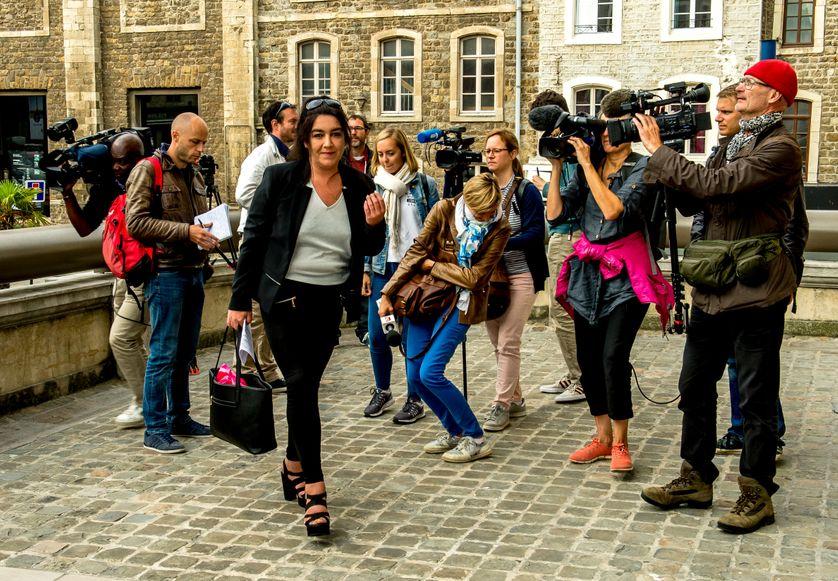 Béatrice Huret, ex-sympathisante FN, entourée par les journalistes le 26 juin au tribunal correctionnel de Boulogne-sur-Mer.