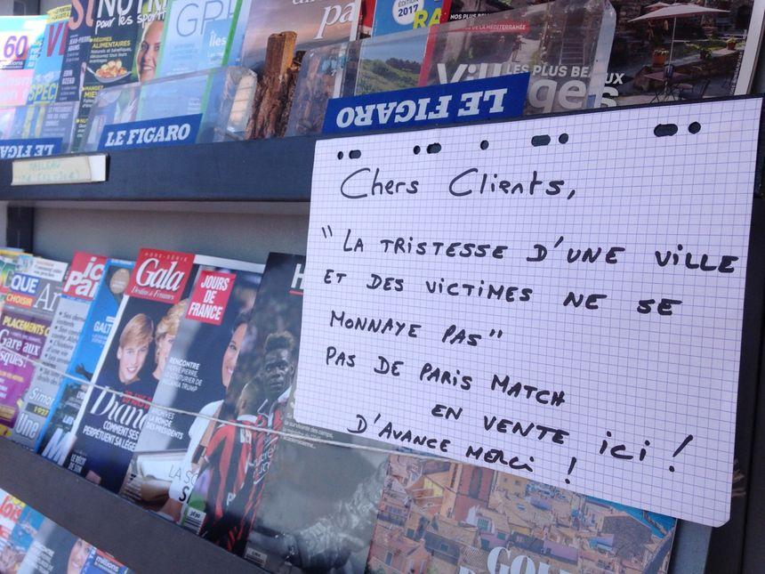 """""""la tristesse d'une ville et de ses victimes ne se monnaye pas"""", message d'un kiosquier sur la Promenade des Anglais"""