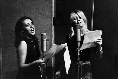 """Jeanne Moreau et Brigitte Bardot enregistrent pour le film """"Viva Maria"""" - 1965"""